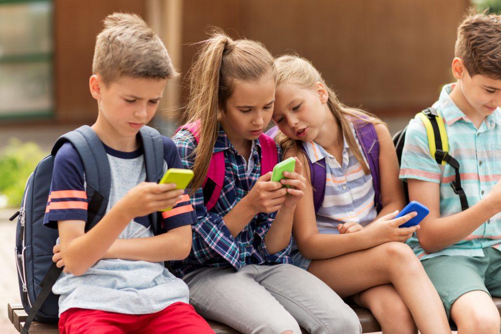 Barn med smarttelefoner