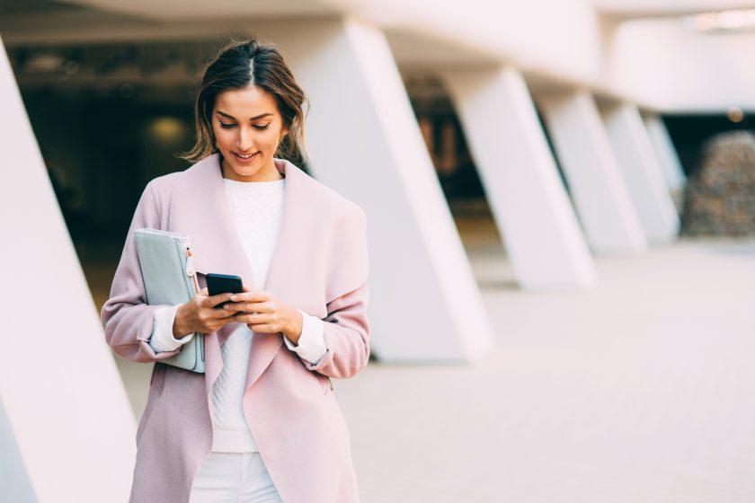 Kvinne tekster på smarttelefon